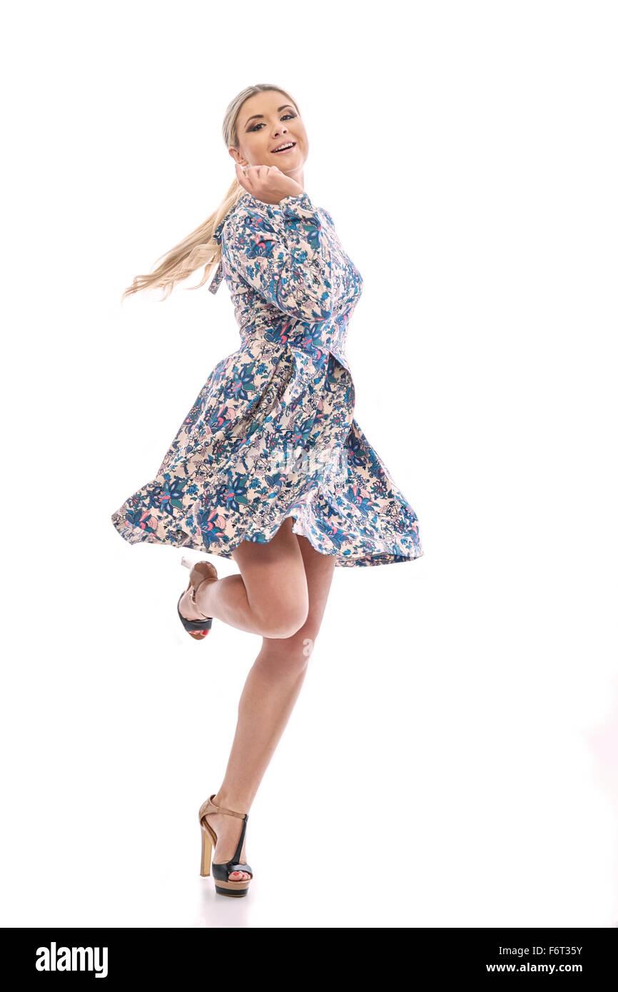 ee0da25c93 Chica rubia de pelo largo bailando en un hermoso vestido azul.Ella lleva un  vestido