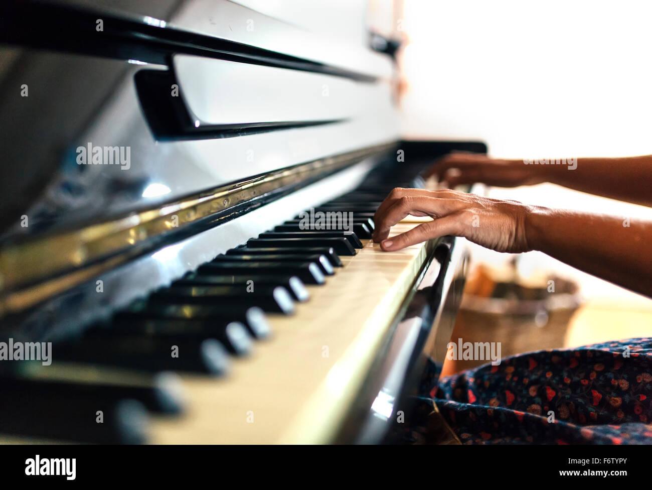 Close-up de mujer tocando el piano Imagen De Stock