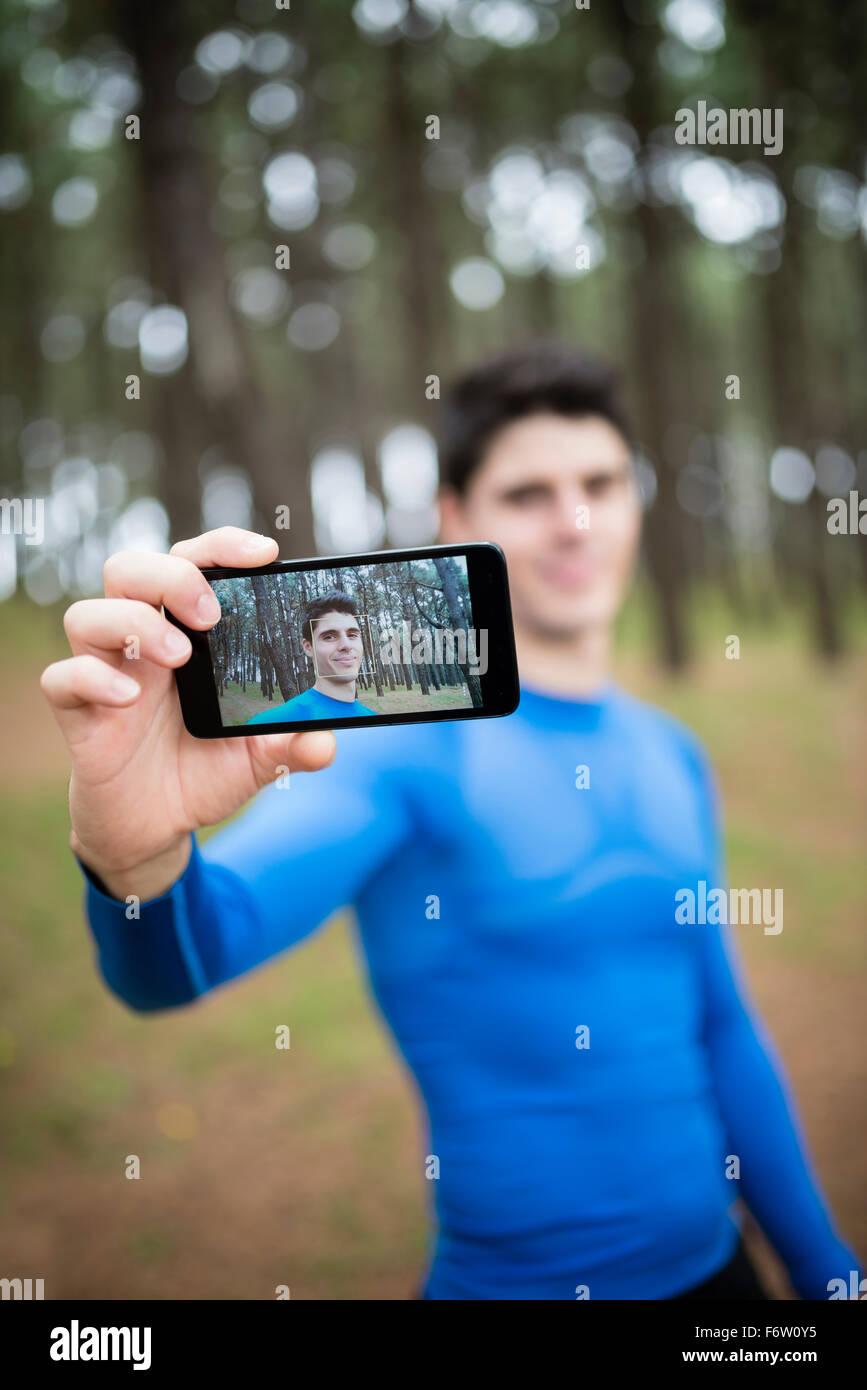 Selfie de un corredor en la pantalla de un smartphone Imagen De Stock