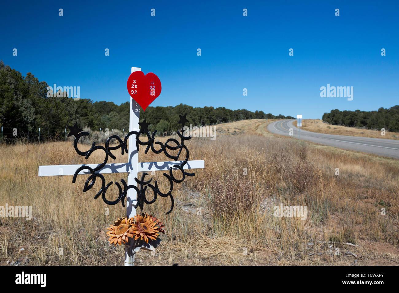 Tres Piedras, Nuevo México - una carretera de memorial de las víctimas de un accidente de tráfico. Imagen De Stock
