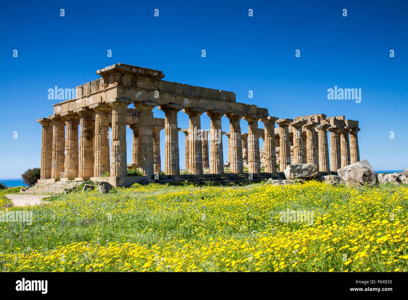 El templo griego de Selinunte en primavera, Sicilia, Italia Foto de stock