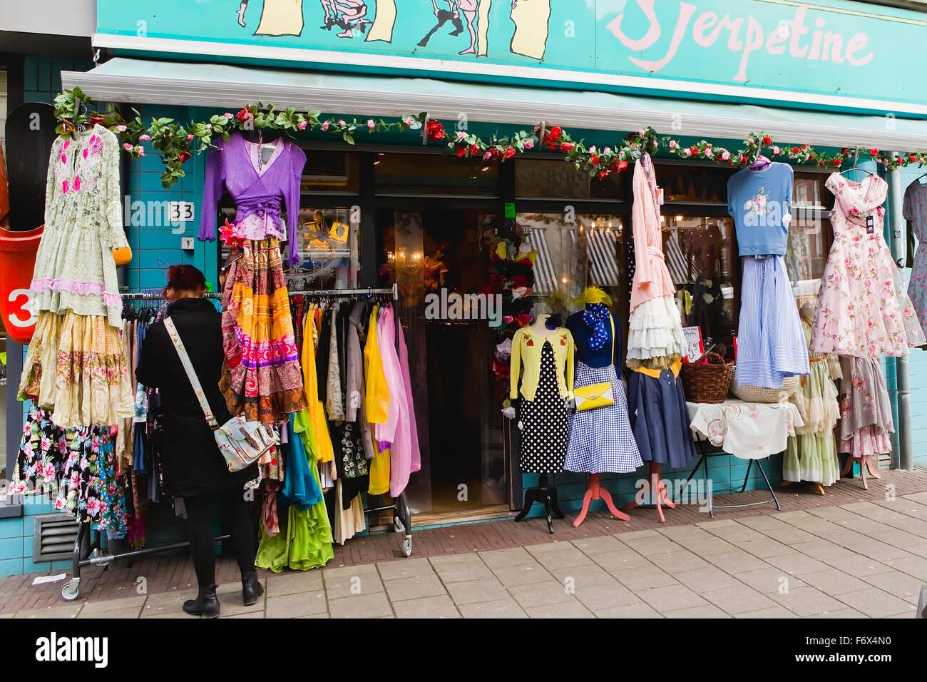 goedkope prijzen officiële winkel nieuwe foto's Fila de vestidos para su venta fuera de una tienda de ropa ...