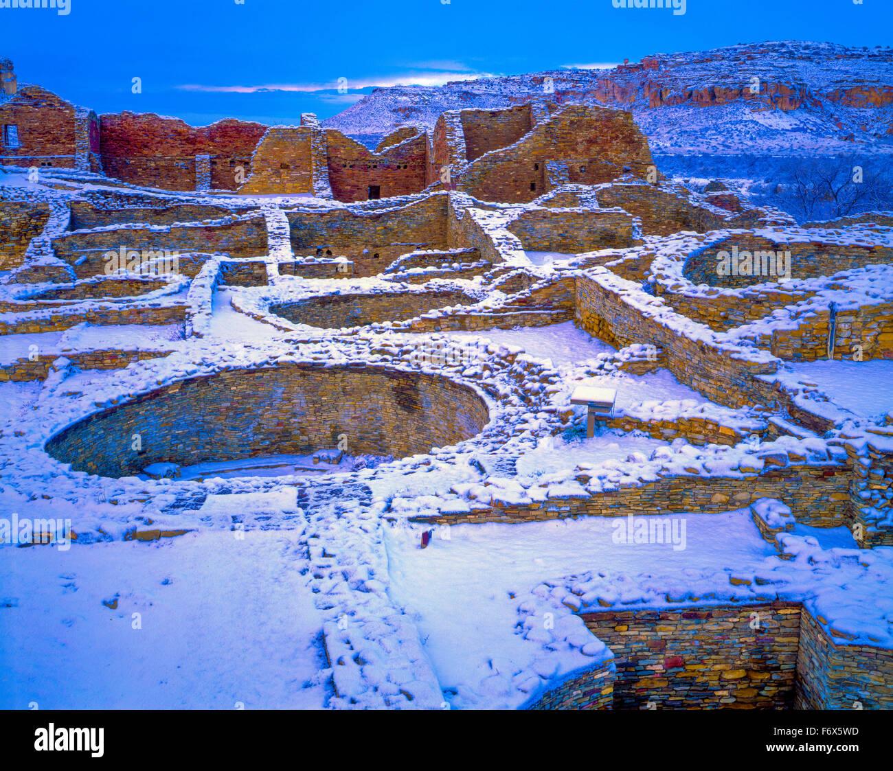 Pueblo del Arroyo en la nieve el Parque Histórico de la Cultura Chaco Nuevo México Gran ruina en el Cañón Imagen De Stock