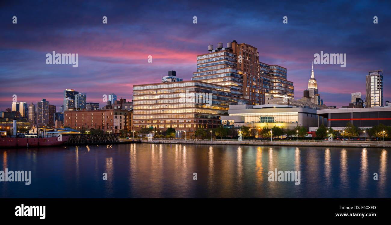 Temprano en la noche y ver las luces de la ciudad de West Chelsea y Midtown Manhattan desde el río Hudson. Imagen De Stock