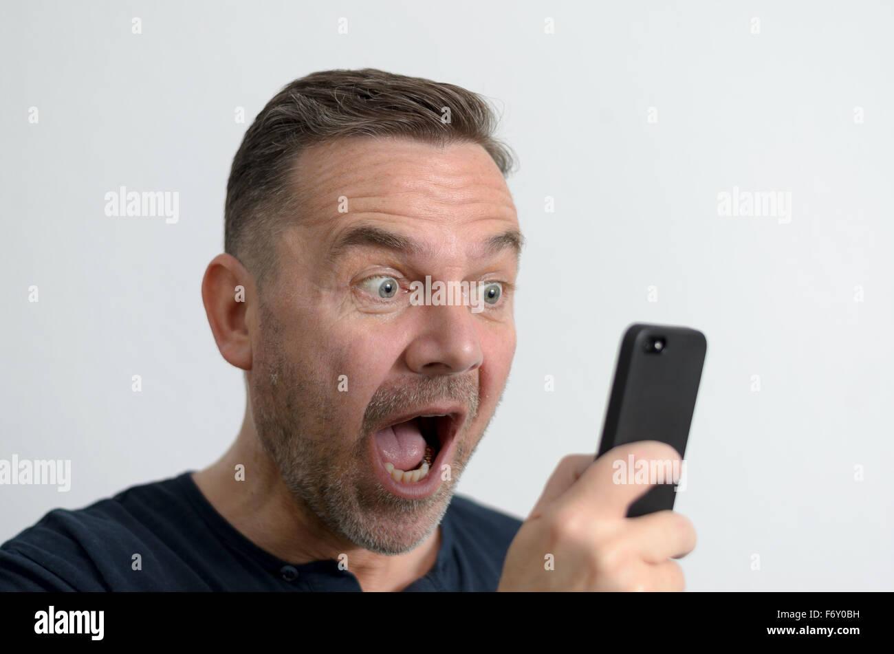 Sorprendido gracioso hombre de mediana edad con ojos azules y una expresión facial conmocionó a mirar Imagen De Stock