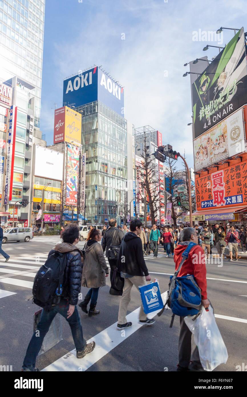 Concurrida calle de alta tecnología en el distrito de Akihabara en Tokio, Japón Imagen De Stock