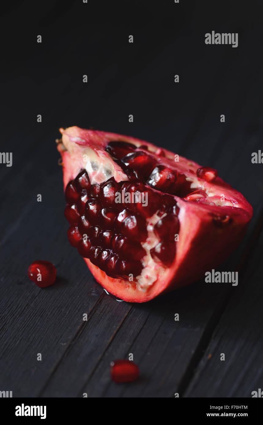 Las piezas y los granos de la granada fruta madura Imagen De Stock