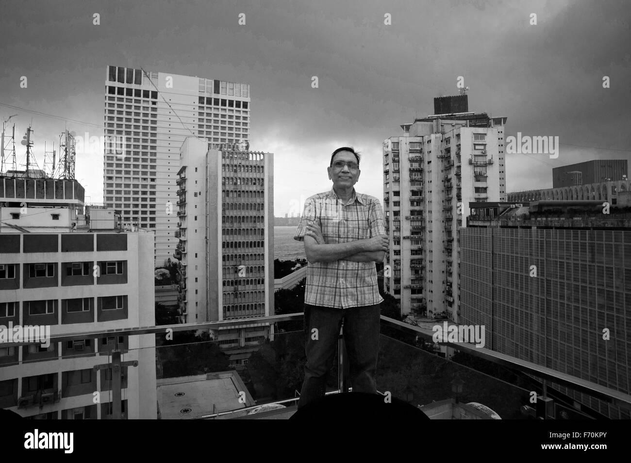 Jagdish Agarwal fundador dinodia fototeca pararse en la terraza del nuevo edificio de oficinas en Nariman Point Mumbai india asia Foto de stock
