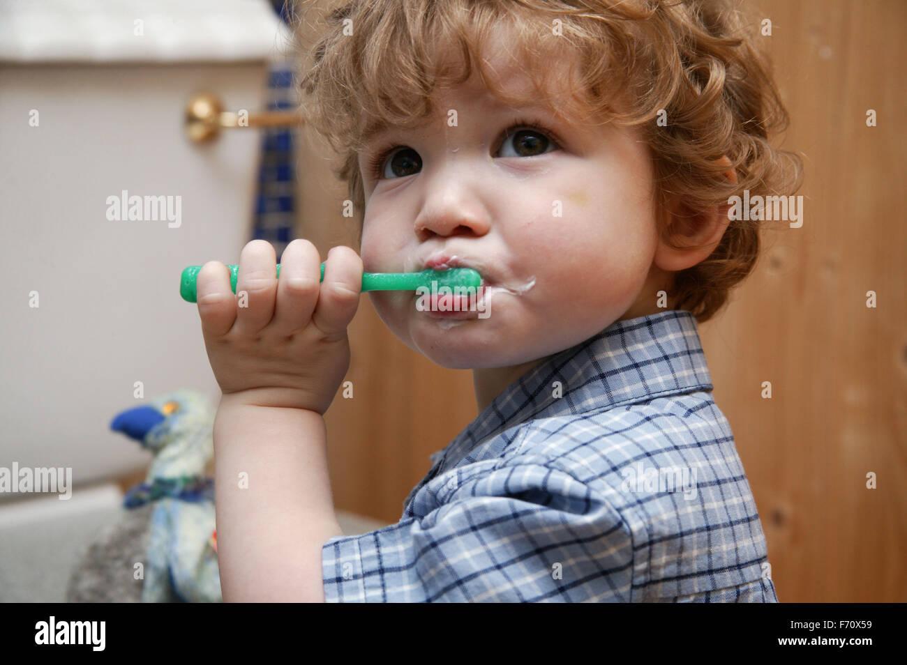 Baby Boy aprendiendo a limpiar sus propios dientes, Imagen De Stock