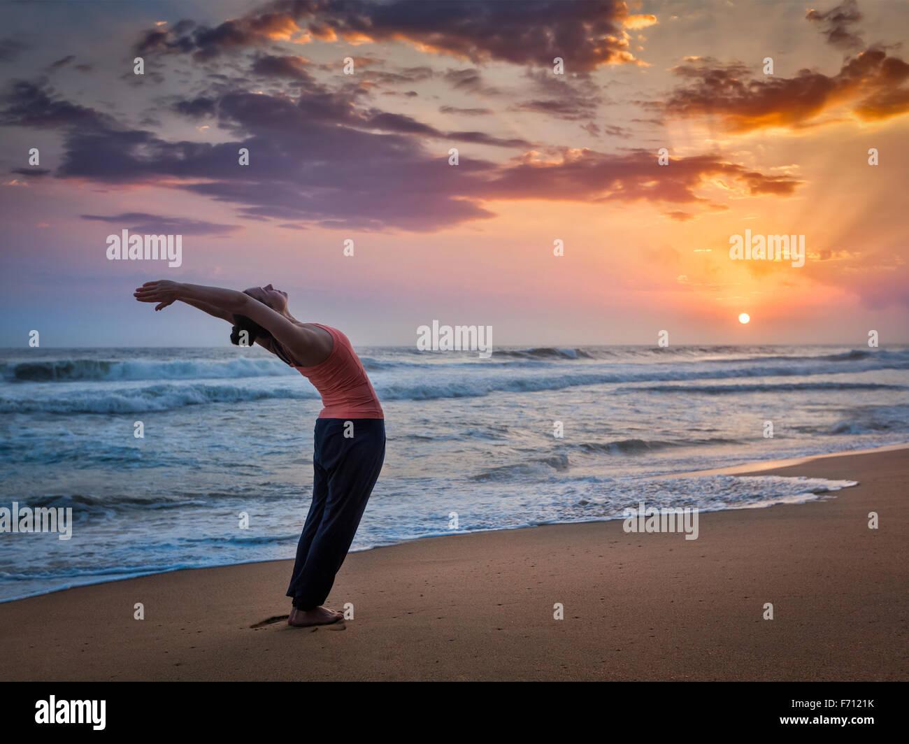 Colocar deportivo joven mujer haciendo yoga Surya Namaskar Imagen De Stock