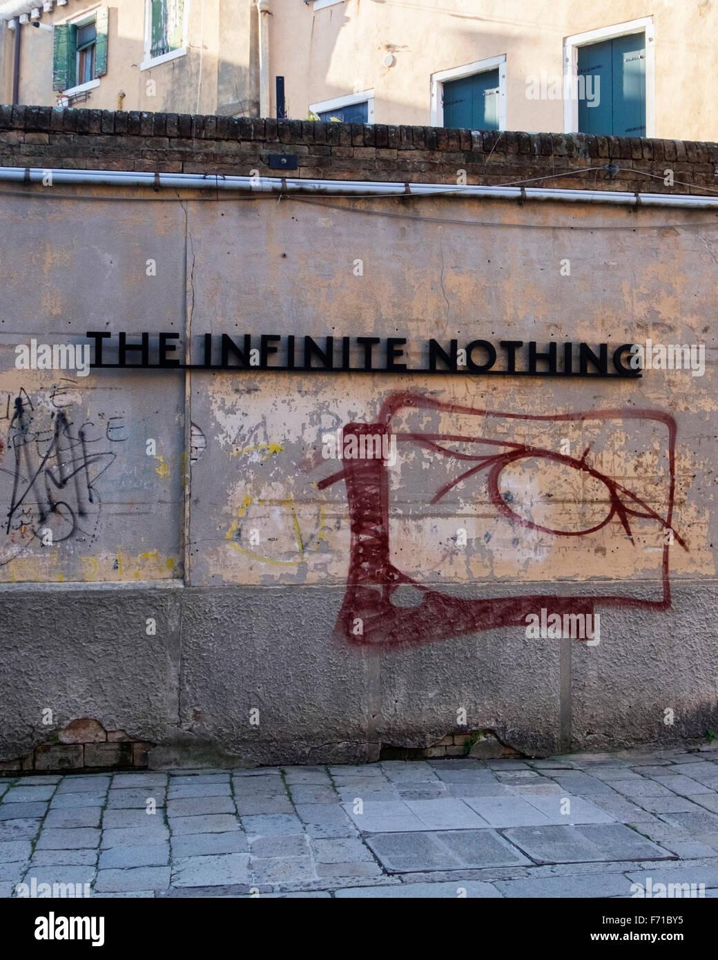 Venecia, Italia. 'El infinito nada' firmar y pintadas en la pared urbana durante la Bienal de Venecia de 2015,La Biennale di Venezia, bienales de arte. Foto de stock