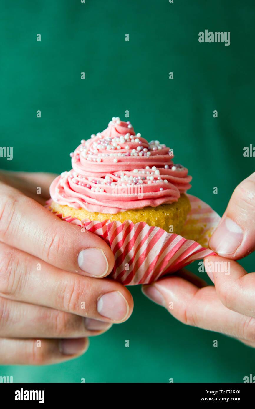 Rosa cupcake esmerilado se desenvolverá Imagen De Stock