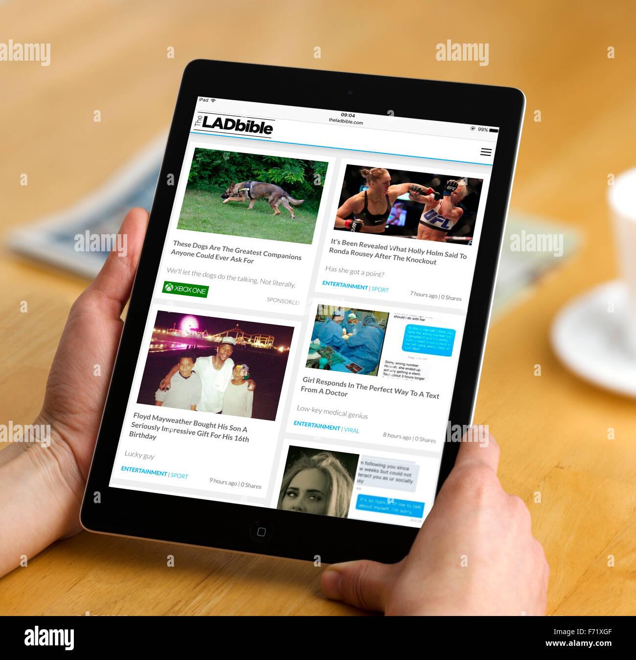 La Lad Sitio Biblia vistos en un Apple iPad Air Imagen De Stock