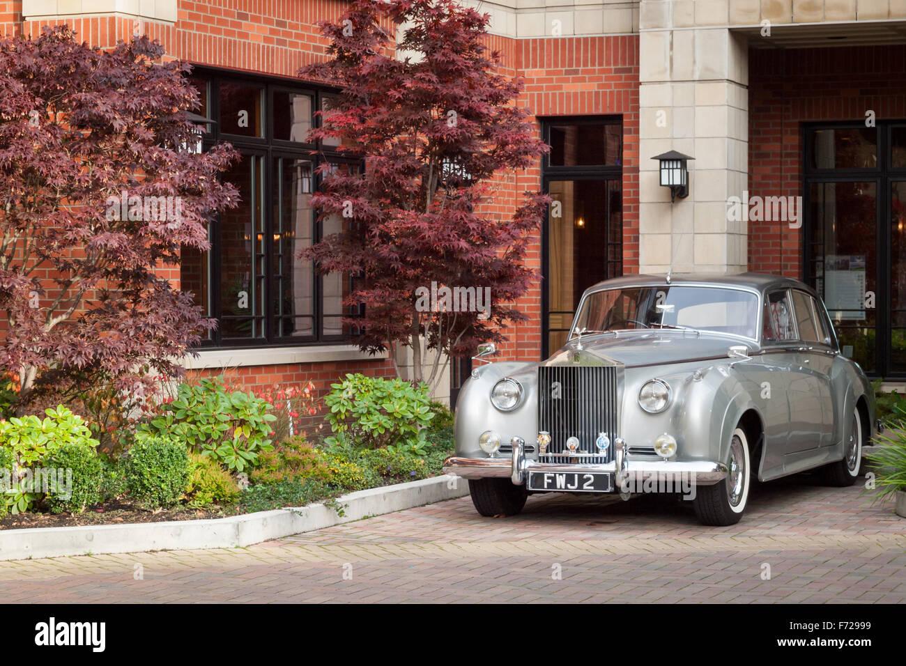 Un 1959 Rolls Royce Silver Cloud II estacionados fuera de la Oak Bay Beach Hotel en Oak Bay, Victoria, British Columbia, Imagen De Stock