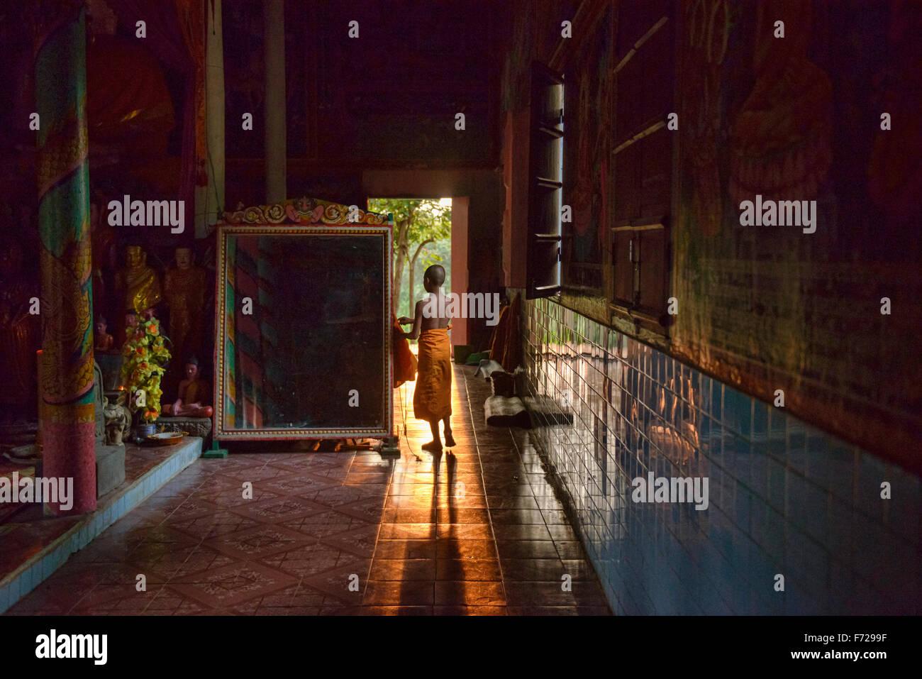 Un joven monje en la tarde luz en Kompong Phluk, Siem Reap, Camboya Foto de stock