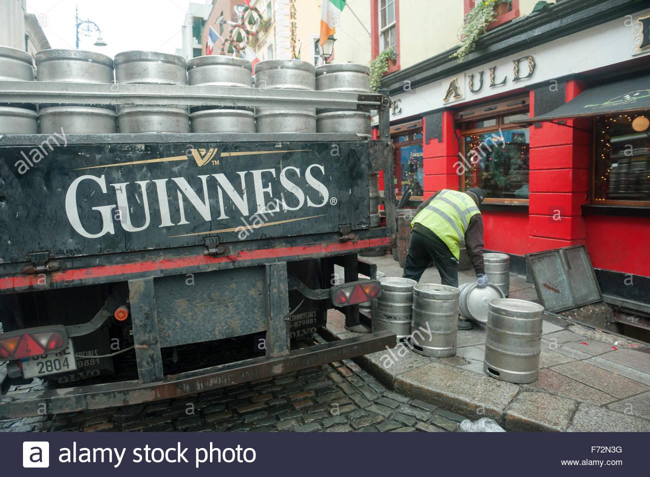 Dublín Irlanda el lunes por la mañana en el distrito de Temple Bar - barriles de cerveza vacías son Imagen De Stock