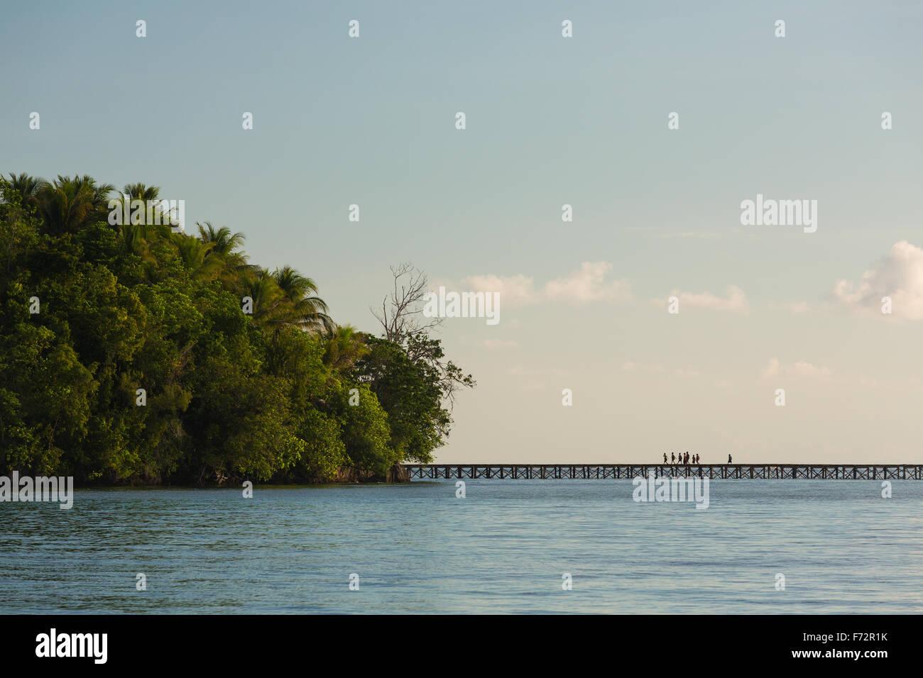 Panorama de la indigenidad gente del bajo pueblo en las Islas Togean cruzando el puente al continente, Indonesia, Imagen De Stock