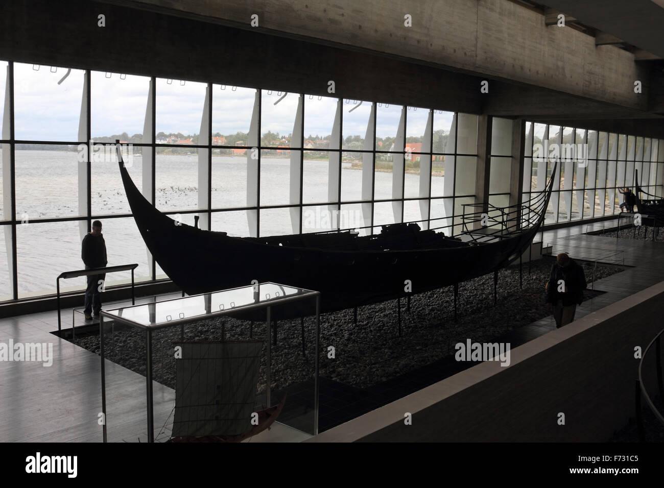 El Museo de Barcos Vikingos en Roskilde es el museo nacional de Dinamarca para buques, domina el fiordo de Roskilde, y fue construido en 1969. Foto de stock