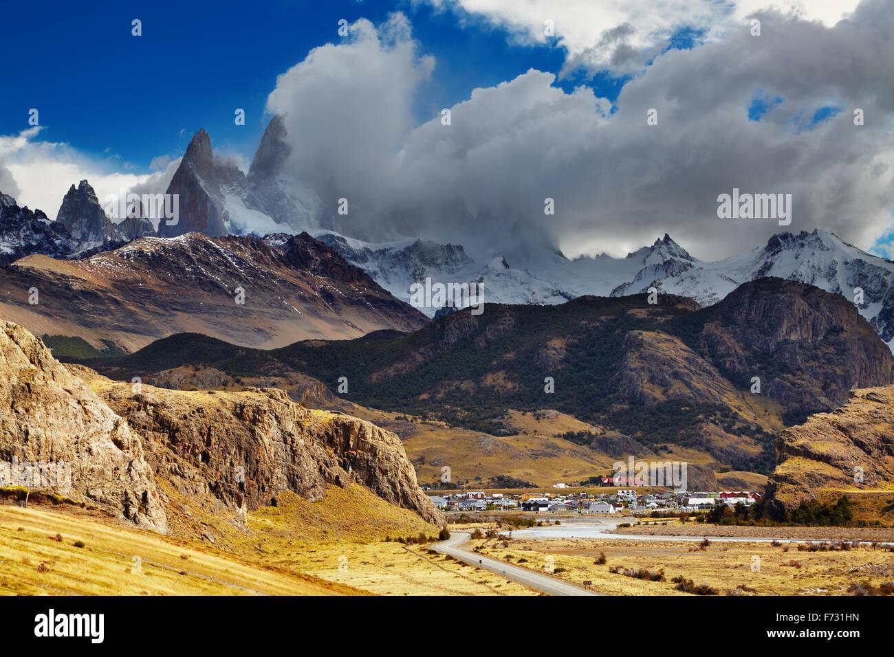 El Chaltén es una pequeña ciudad cerca del monte Fitz Roy; la capital del trekking de Argentina Imagen De Stock