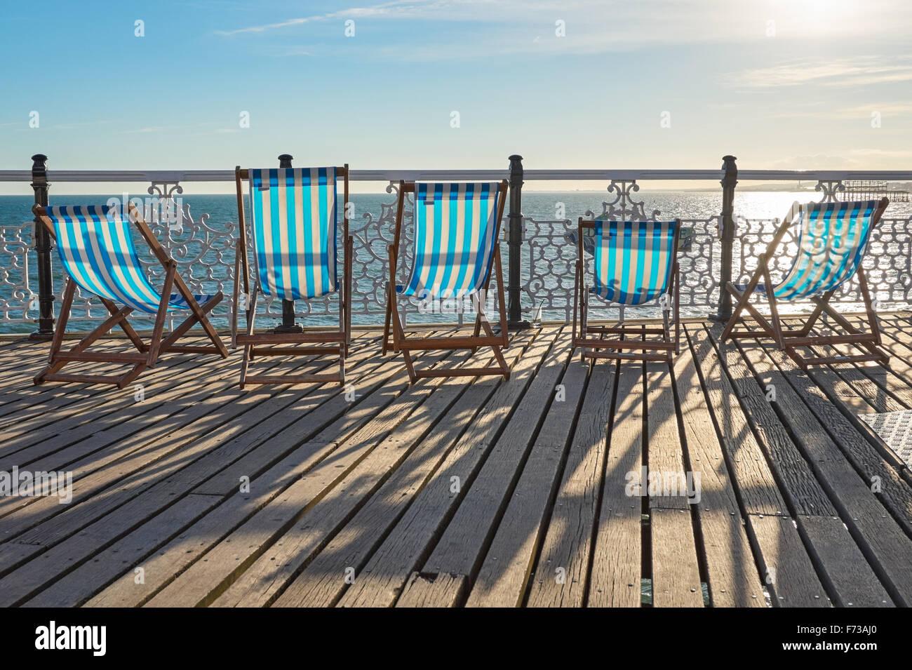 Tumbonas vacías en Brighton Pier, East Sussex, Inglaterra, Reino Unido Imagen De Stock
