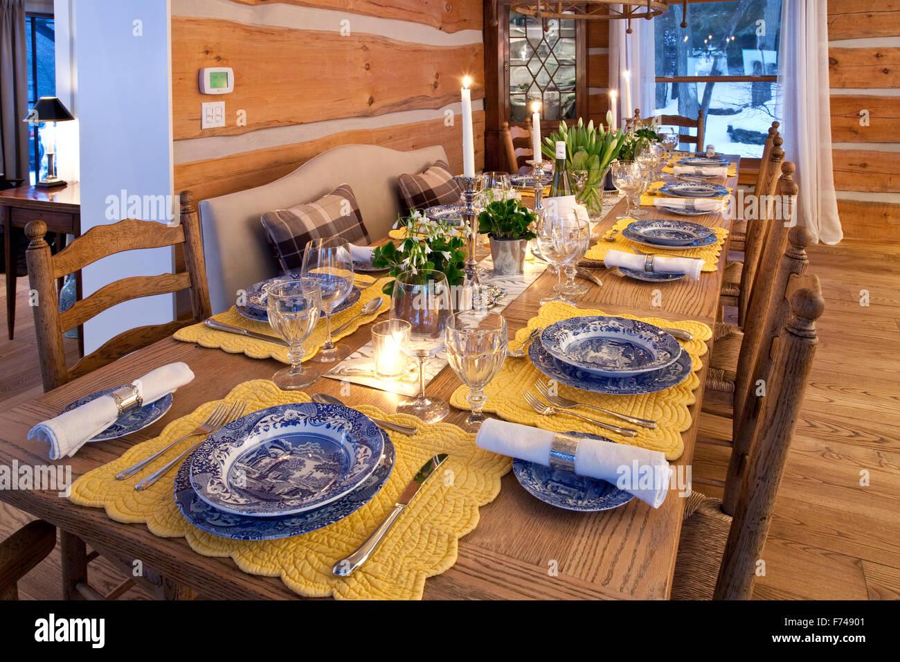 Mesa de comedor en una casa de registro Imagen De Stock