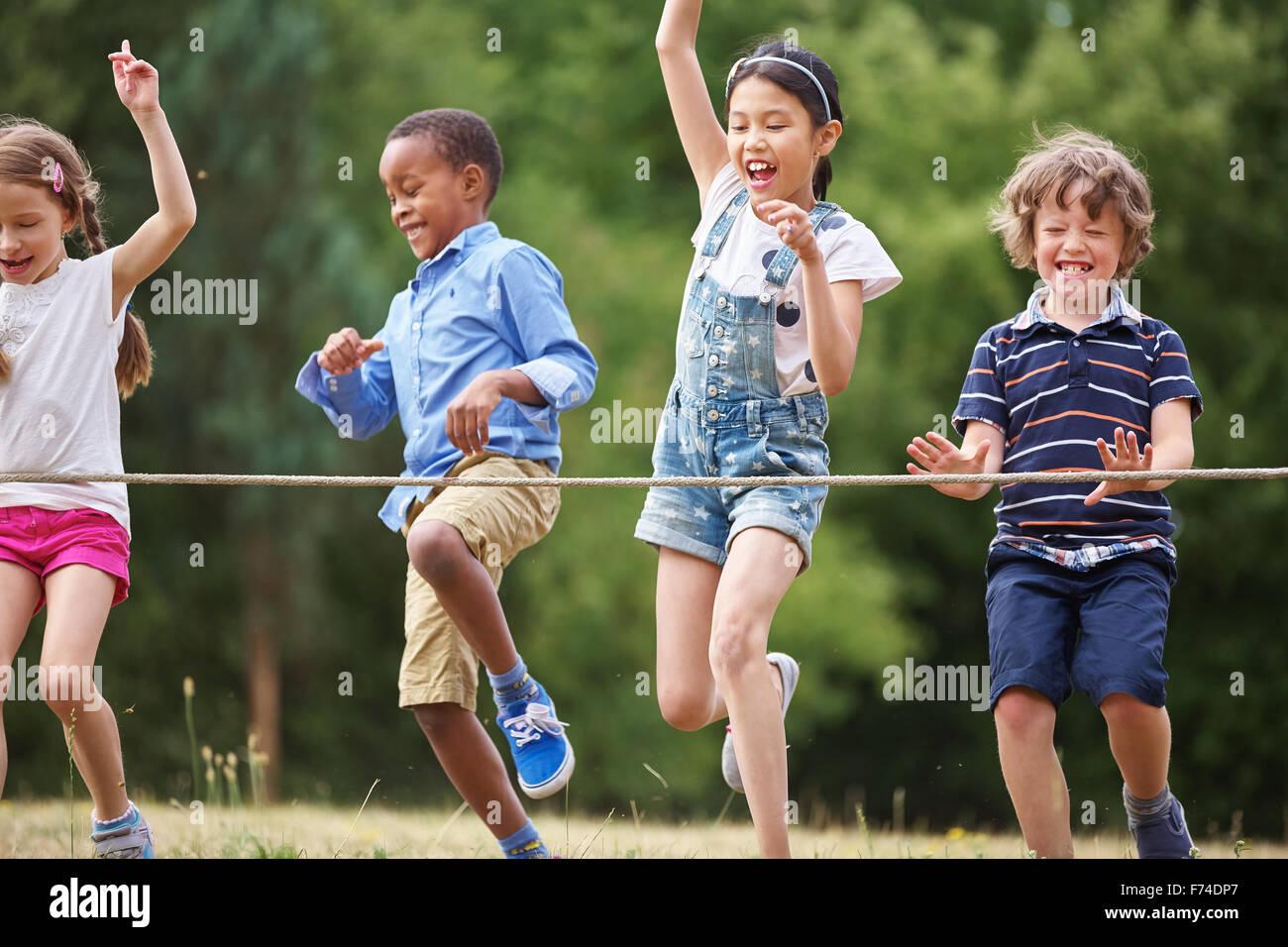 Los niños que llegan a la línea de meta en una fiesta de cumpleaños Foto de stock