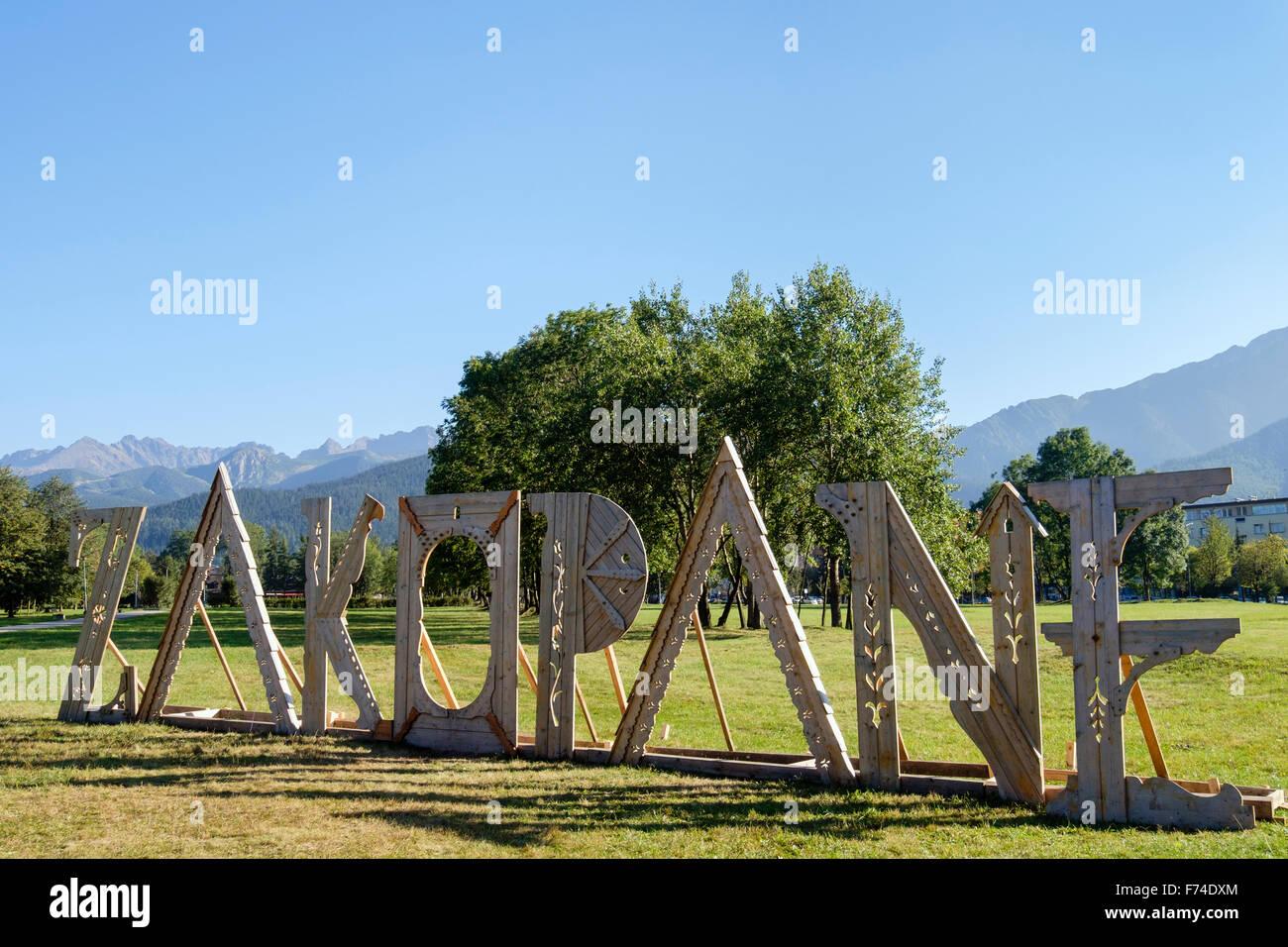 Free Standing letras ciudad nombre sign en un parque con altas montañas Tatra detrás. Zakopane, Condado Imagen De Stock