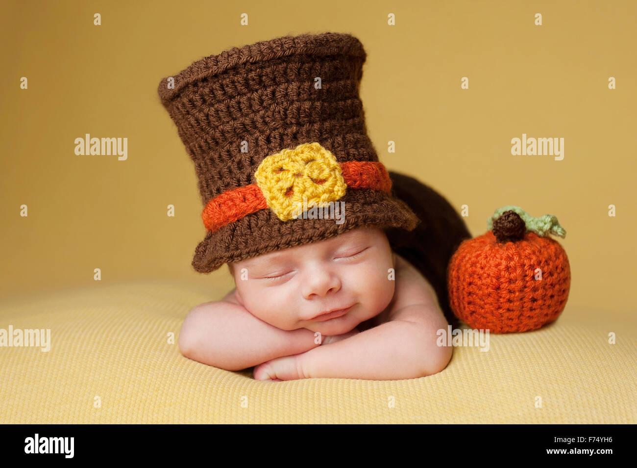 82ab53052 Cuatro semanas sonriente bebé recién nacido niño usando un sombrero de  peregrino de ganchillo. Duerme