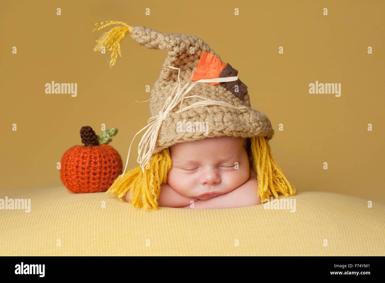 138eb27de Cuatro semanas bebé recién nacido niño usando un ganchillo sombrero del  espantapájaros. Duerme Imagen De