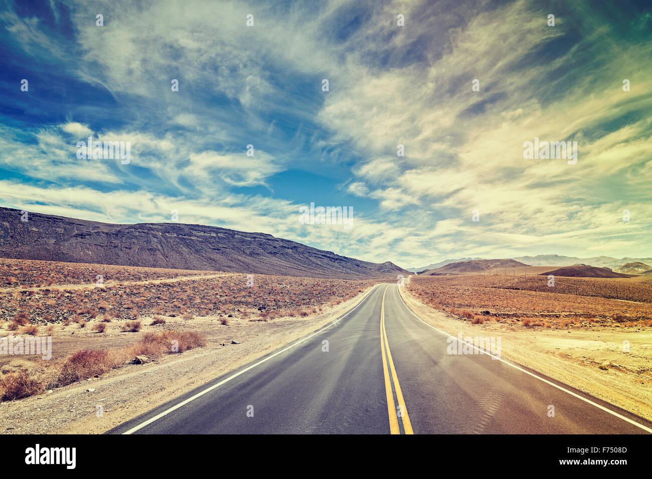 Vintage estilizado país interminable autopista en el Valle de la Muerte, California, Estados Unidos. Imagen De Stock