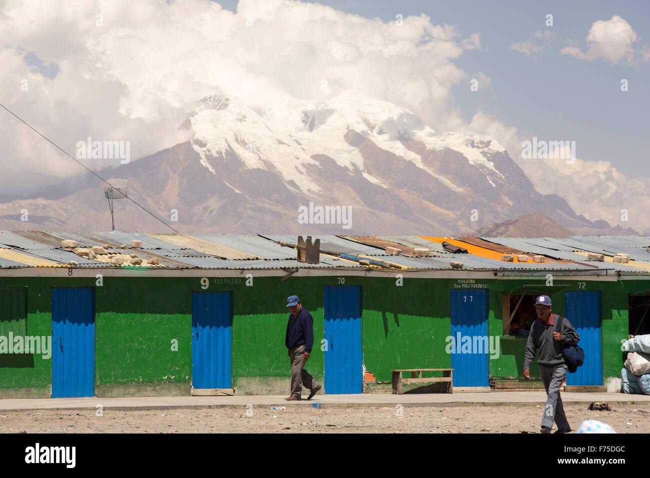El pico de Illimani (6348 metros) por encima de El Alto, La Paz, Bolivia. La Paz y el Alto son una escasez crítica Imagen De Stock