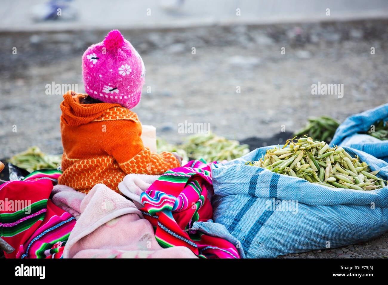 Un niño indígena en un mercado callejero en El Alto, La Paz, Bolivia, en América del Sur. Imagen De Stock