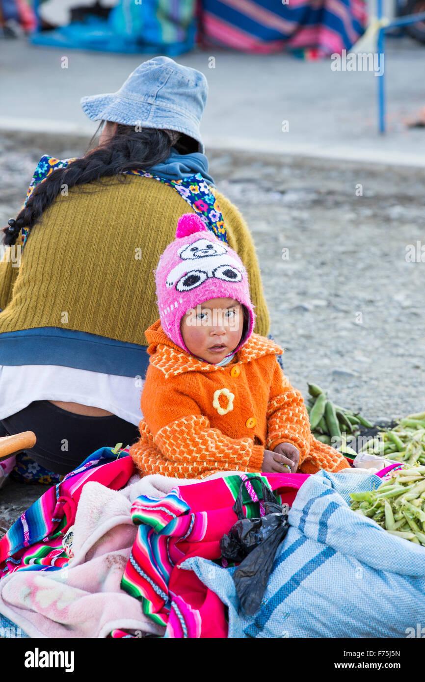 Una mujer indígena y el niño en un mercado callejero en El Alto, La Paz, Bolivia, en América del Imagen De Stock