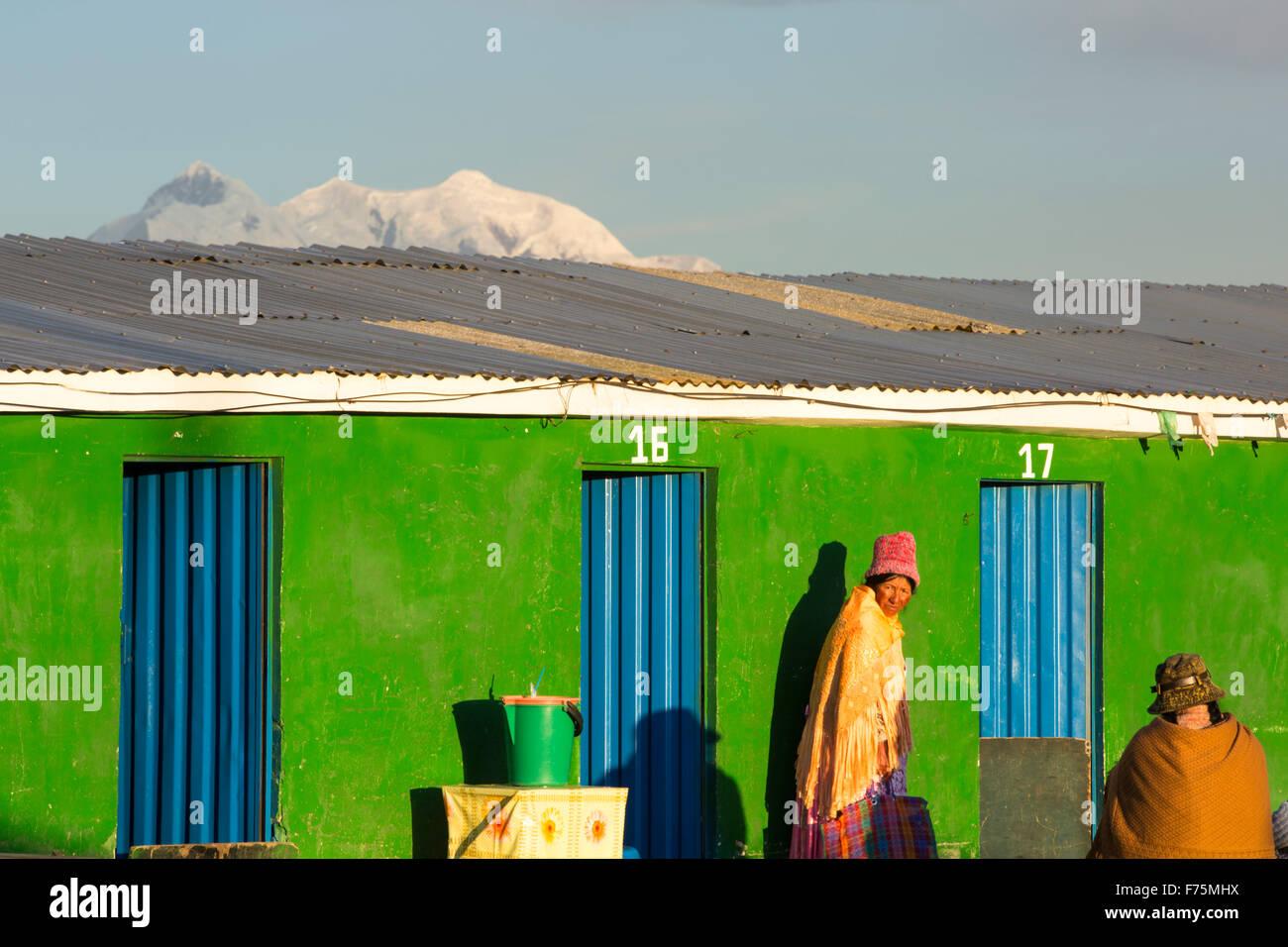 El pico de Illimani encima de El Alto, La Paz, Bolivia. La Paz y el Alto son una escasez crítica de agua y Imagen De Stock