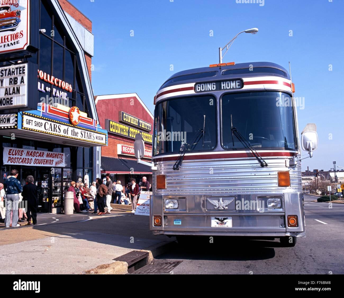 Excursión en autobús estacionado fuera de las tiendas y negocios a lo largo de la fila de música, Imagen De Stock