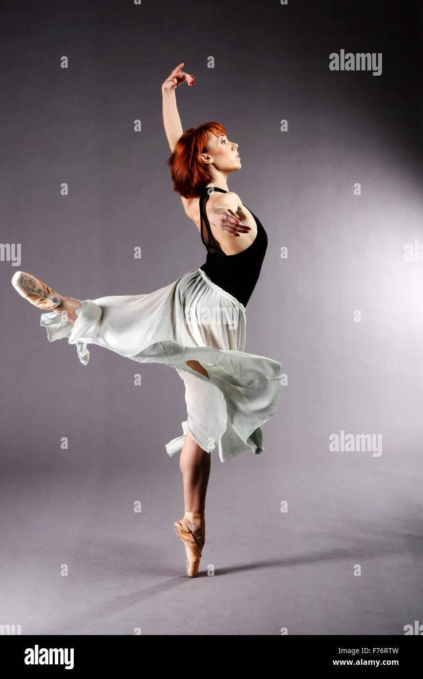 Bailarina de ballet realizando Imagen De Stock