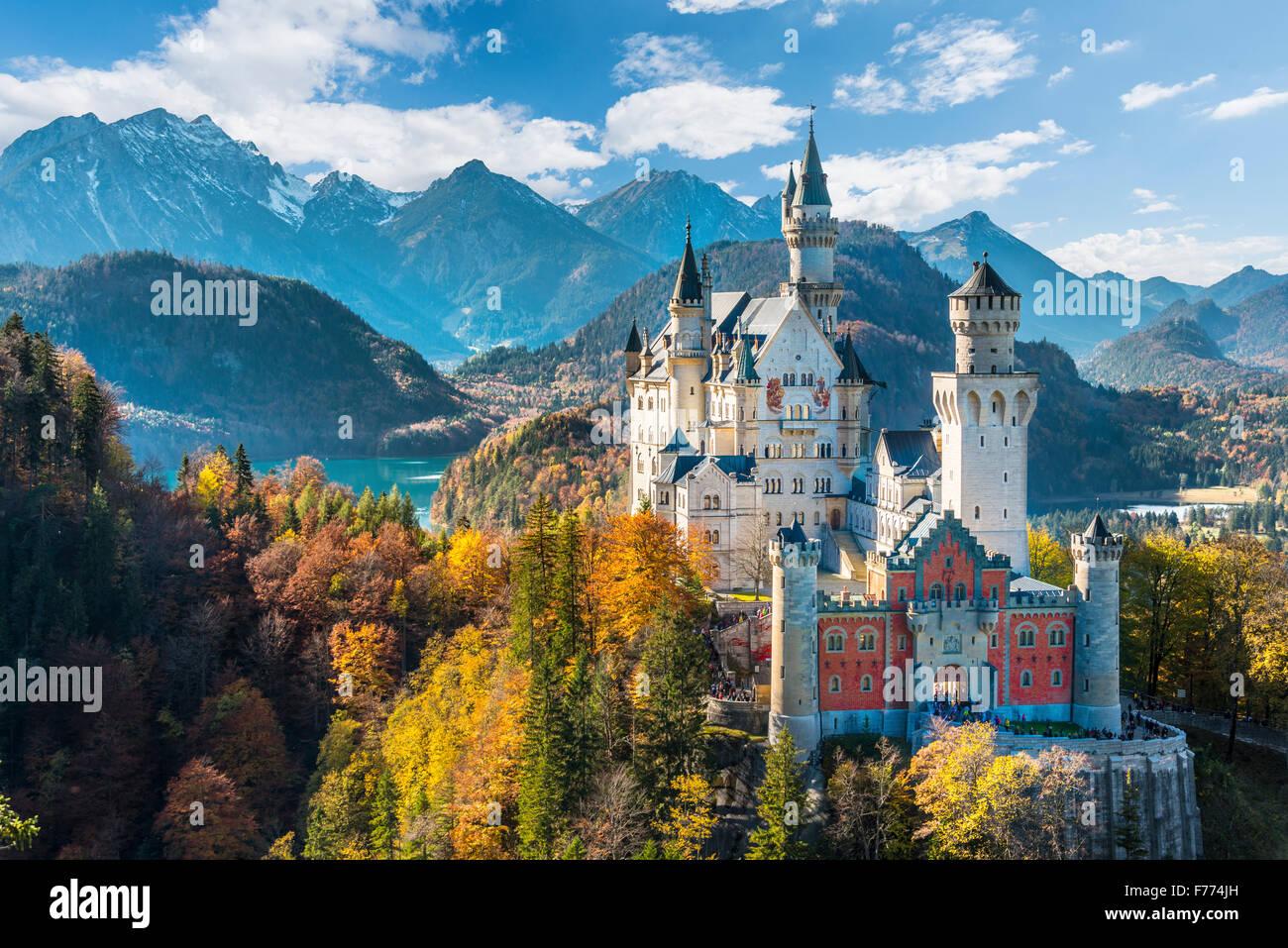 El castillo de Neuschwanstein en otoño, Alpsee detrás, Schwangau, Ostallgäu, Allgäu, suabia, Alta Baviera, Baviera, Alemania Foto de stock