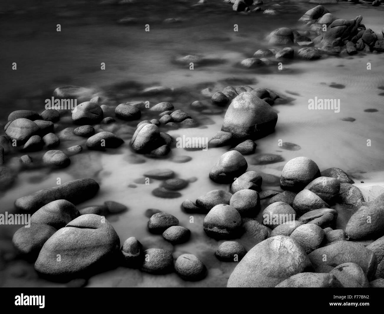 Rocas en la orilla de la playa de Lake Tahoe, Nevada Foto de stock