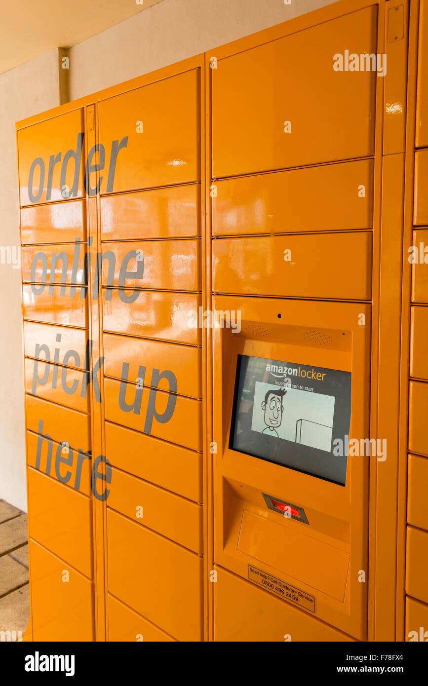 Amazonas Amazonas recogida en línea locker, Market Place, Warminster, Wiltshire, Inglaterra, Reino Unido Imagen De Stock
