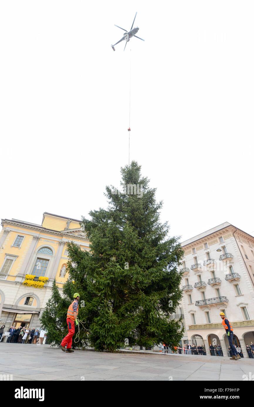 Lugano, Suiza - 20 de noviembre de 2015: Los trabajadores que se desplazan de un árbol de Navidad que se deposita desde un helicóptero Foto de stock