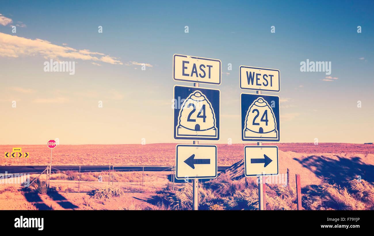 Cruz Vintage foto procesada de las señales de tráfico, el concepto de elección. Imagen De Stock