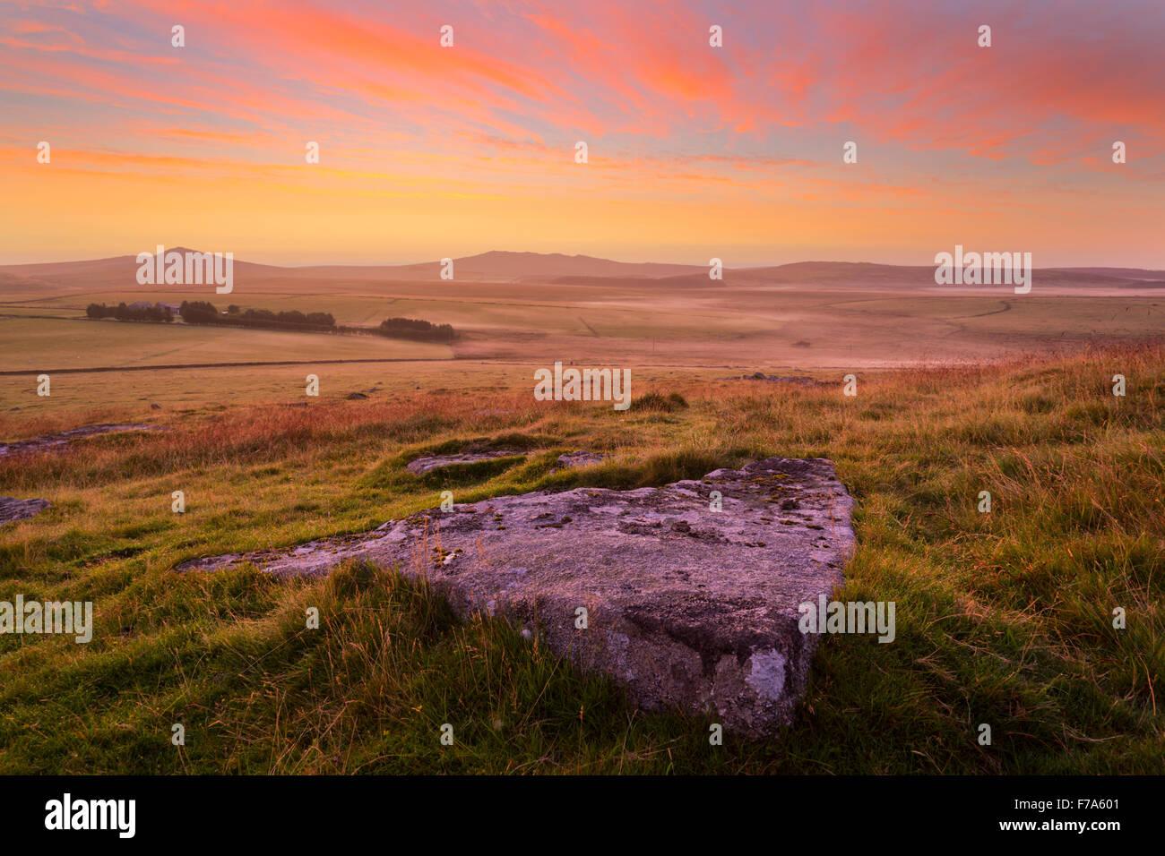 Amanecer desde la parte superior de Alex Tor en Bodmin Moor Foto de stock