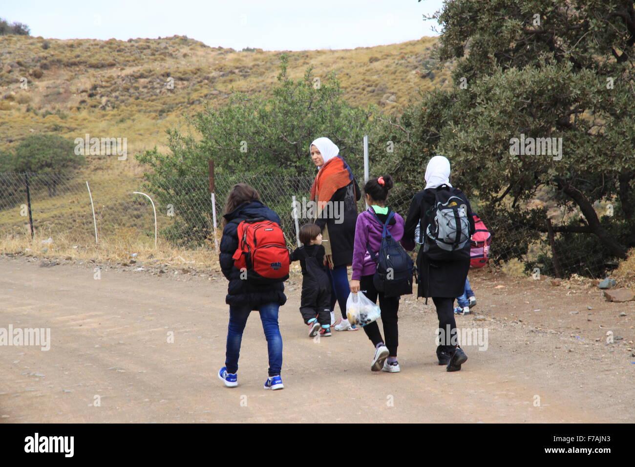 Los refugiados e inmigrantes llegan de familia en Molyvos en la isla de Lesbos en Grecia después de huir de la guerra Foto de stock