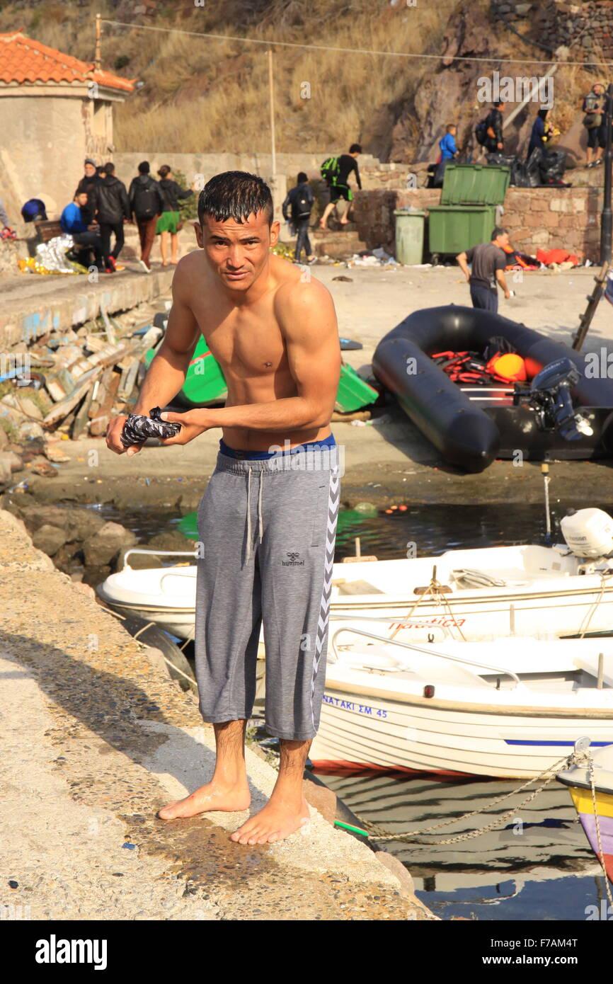 Secado de inmigrantes refugiados su ropa después de llegar en Molyvos en la isla de Lesbos en Grecia después de Foto de stock