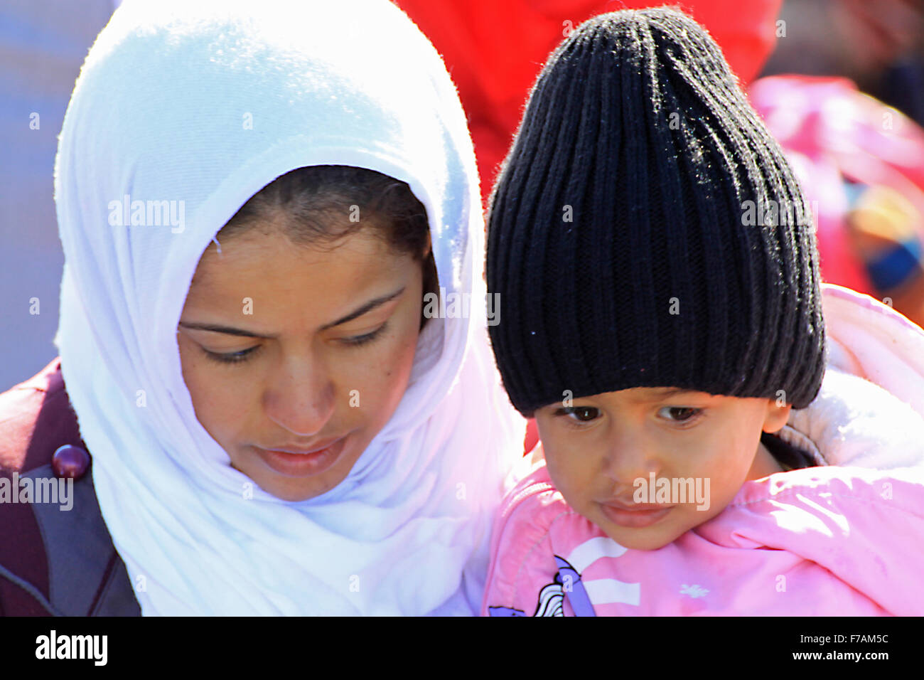 Una joven madre con un hijo pequeño de refugiados llegan en Molyvos en la isla de Lesbos en Grecia después de huir Foto de stock