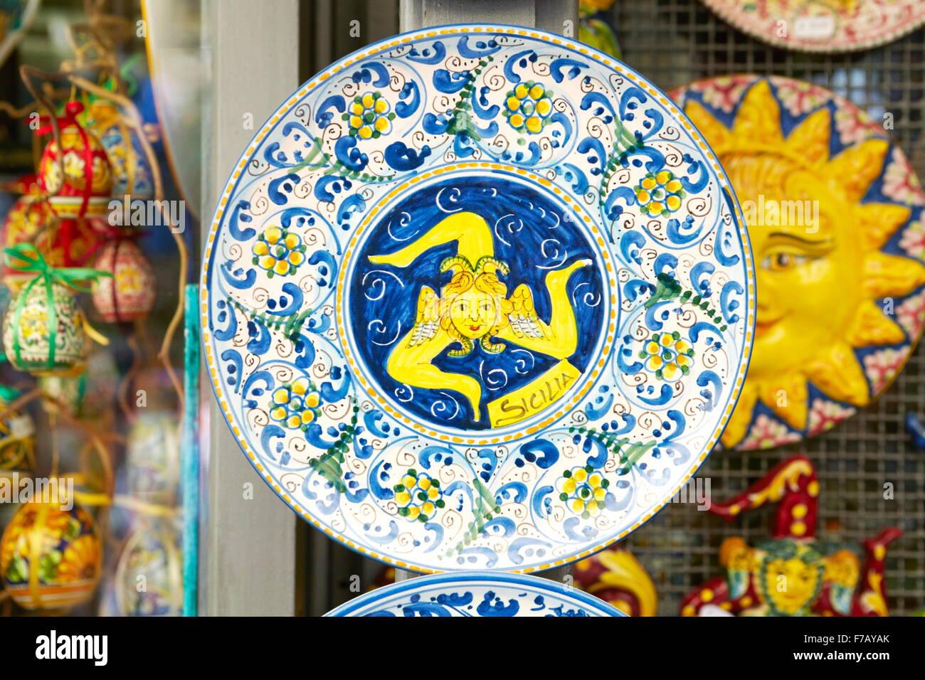 La Trinacria, el trisquelión antiguo símbolo o emblema de Sicilia, tradicional souvenire placa de cerámica, Imagen De Stock