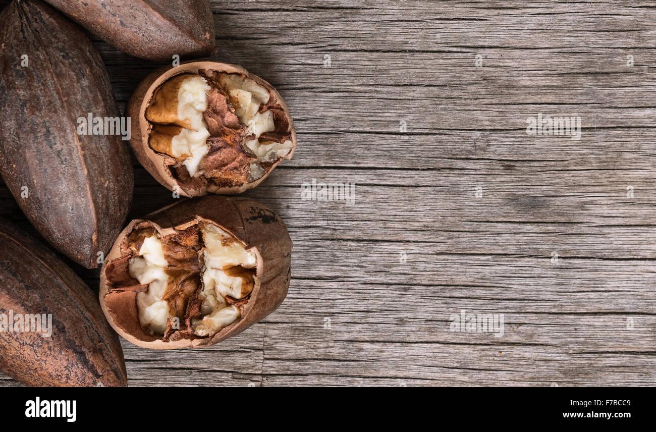 Vista superior en todo picado y nueces de nogal en mesa de madera antigua. Imagen De Stock