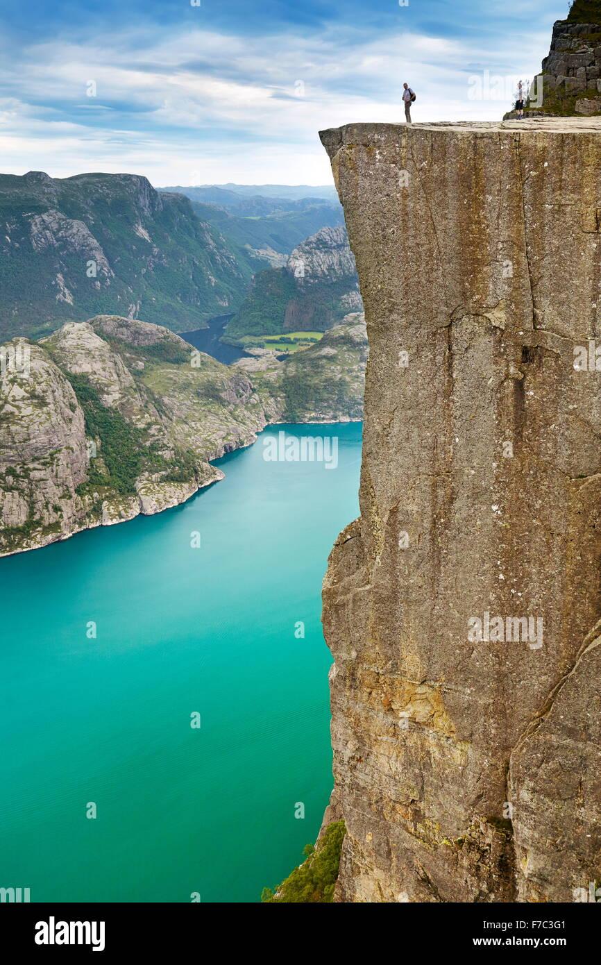 Paisaje con turístico único sobre la roca púlpito, Preikestolen, Lysefjorden, Noruega Imagen De Stock