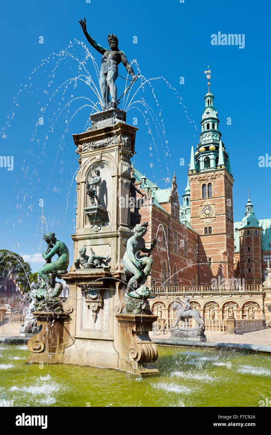 Fuente de Neptuno en el Castillo de Frederiksborg, Dinamarca Foto de stock