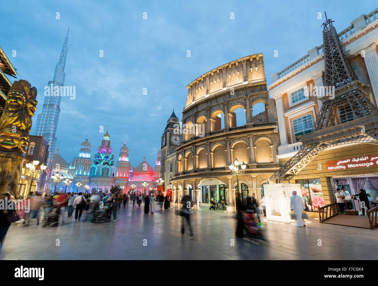 Vista de noche de pabellones internacionales en la Aldea Global 2015 en Dubai, Emiratos Árabes Unidos Foto de stock